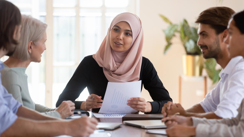 Discreet gekleed in een elegante hijab